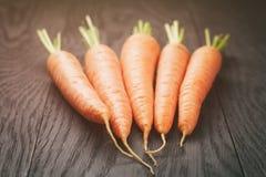 Vers gewassen gehele wortelen op oude houten lijst royalty-vrije stock foto's