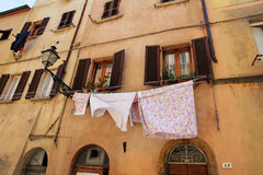 Vers gewassen kleren voor een huis Stock Foto's