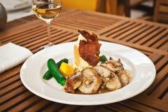 Vers gezond voedsel met kip en groenten Stock Foto's