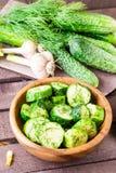 Vers gezouten die komkommer met knoflook en dille wordt ingelegd Stock Afbeeldingen