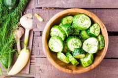 Vers gezouten die komkommer met knoflook en dille wordt ingelegd Stock Fotografie