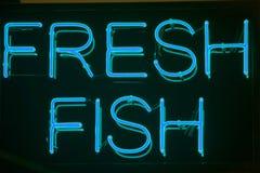 Vers het neonteken van Vissen Stock Foto's