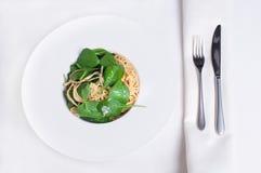 Vers het restaurantvoedsel van spinachideegwaren Stock Afbeeldingen