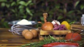 Vers ingrediënt voor dicht omhoog het koken van deegwaren Het volgende schot van de voedselsamenstelling Groenten, kruiden, bloem stock videobeelden