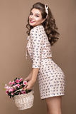 Vers jong meisje, lichte zijdekleding, glimlach, retro krullen speld-omhooggaande stijl met mand van bloemen Schoonheidsgezicht,  Royalty-vrije Stock Foto's