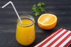 Vers jus d'orange in een Glaskruik met een plastic buis, de helft van O Stock Foto