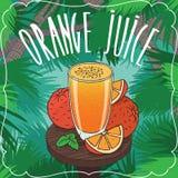 Vers jus d'orange in glas met rijpe vruchten Stock Fotografie