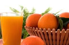 Vers jus d'orange met vruchten in de plaat stock afbeeldingen