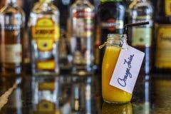 Vers jus d'orange op barlijst Stock Afbeeldingen