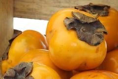 Vers kakifruit in een houten krat royalty-vrije stock foto