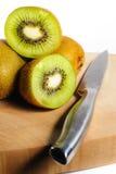 Vers Kiwi Fruit op Hakbord met een mes Stock Fotografie