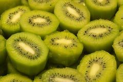 Vers kiwifruit als achtergrond Rijpe kiwi op de voedselmarkt Stock Fotografie
