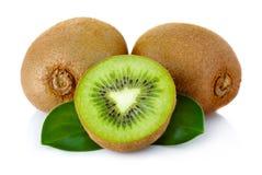 Vers kiwifruit met groene die bladeren op wit worden geïsoleerdo stock afbeelding