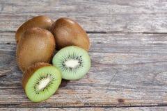 Vers kiwifruit op oude houten achtergrond Royalty-vrije Stock Foto's
