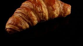 Vers klassiek croissant stock video