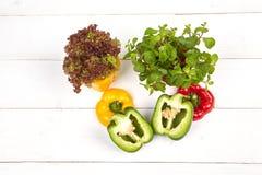 Vers kleurrijk groene paprikavakje op houten lijst Stock Foto
