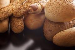 Vers knapperig brood bij een bakkerij Royalty-vrije Stock Afbeeldingen
