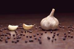 Vers knoflook kruidnagels van knoflook en zwarte peper Stock Afbeelding