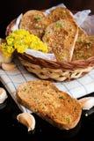 Vers knoflookbrood met kruiden in mand stock foto's