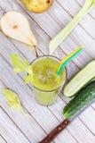Vers komkommer, peren en selderiesap Plakken van vruchten en groenten Stock Foto's