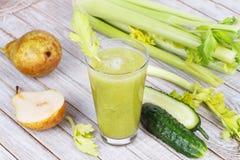 Vers komkommer, peren en selderiesap Plakken van vruchten en groenten Stock Foto