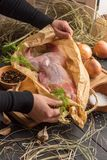 Vers konijn in document verpakking op de lijst stock foto