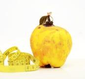 vers kweepeerfruit met blad over witte achtergrond Royalty-vrije Stock Foto