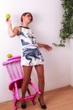 Vers l'arrière à la beauté femelle entrebâillée de mur, avec la pomme à disposition Photos libres de droits