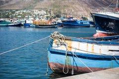 Vers le bas attaché bateau photographie stock libre de droits