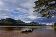 Vers le bas fleuve de Mekong Photographie stock libre de droits
