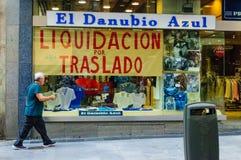 Vers le bas message fermant dans une fenêtre de boutique à Madrid Images libres de droits