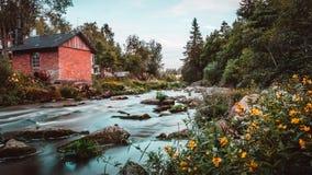 Vers le bas par la rivière en Finlande images libres de droits