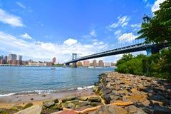Vers le bas sous le pont de Brooklyn Images stock