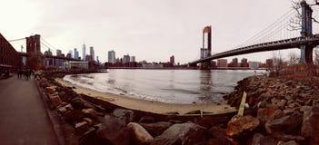 Vers le bas sous le passage supérieur de pont de Manhattan photos stock