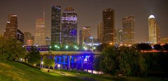 Vers le bas ville Houston par nuit photographie stock libre de droits