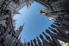 Vers le ciel vue aux tours fleuries de la cathédrale de Duomo dans le mil Image stock
