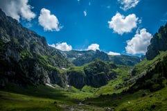 Vers le haut de dans les montagnes Image libre de droits