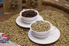 Vers le haut de du café avec des grains de café entièrement sur le plateau Photos libres de droits
