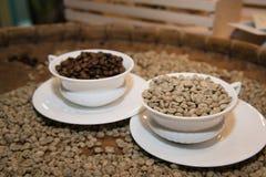 Vers le haut de du café avec des grains de café entièrement sur le plateau Photographie stock