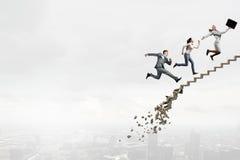 Vers le haut de l'échelle de carrière surmontant des défis Image libre de droits