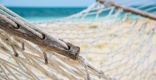 Vers le haut de l'hamac étroit sur une plage tropicale image libre de droits