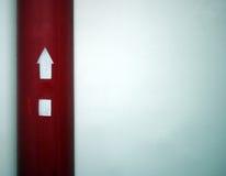 Vers le haut de la peinture de flèche sur la grande pipe rouge Photos stock