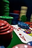 Vers le haut de la photographie étroite de jouer des cartes et des piles de jetons de poker photos stock