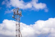 Vers le haut de la tour d'antenne par radio de communication Photographie stock