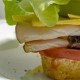 Vers le haut de la vue étroite du sandwich mouthwatering à épicerie photos libres de droits