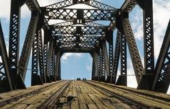 Vers le haut de par le pont Photo libre de droits