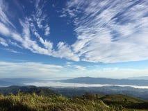 Vers le haut de sur la montagne Photographie stock libre de droits