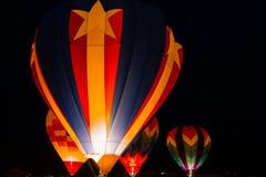 Vers le haut des ballons à air chauds hauts et partis Image libre de droits
