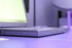 Vers le haut du cahier proche d'ordinateur portatif Images libres de droits