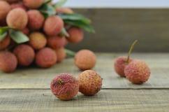 Vers litchifruit op houten lijst Stock Foto's